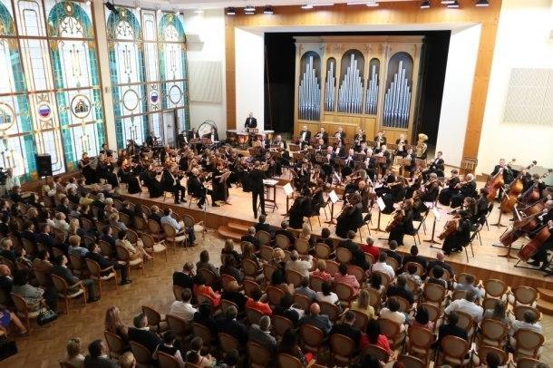 Ко Дню города в Краснодаре открыли обновленный концертный зал