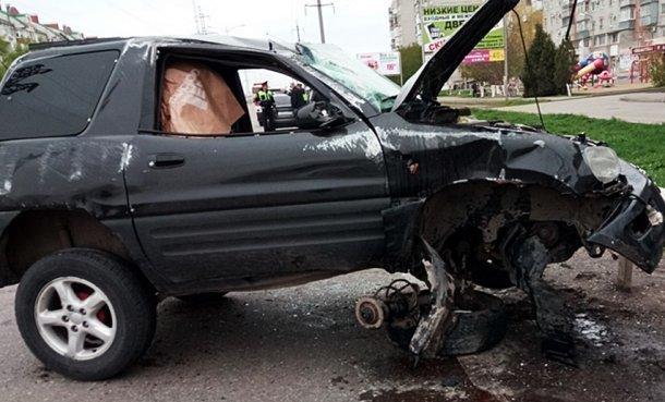 В Ейске молодой парень на внедорожнике врезался в отбойник и перевернулся