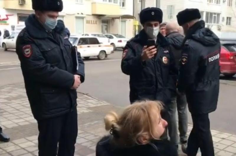 Владелица торговой точки в Краснодаре умоляла сотрудников мэрии не лишать ее источника дохода, стоя на коленях