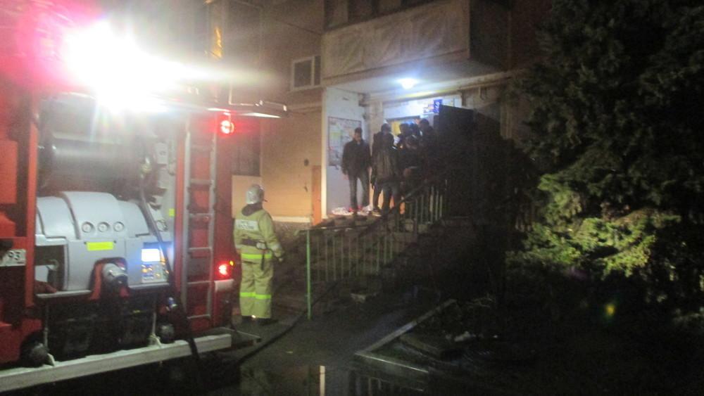 В Краснодаре в результате пожара в многоэтажном доме пострадал мужчина