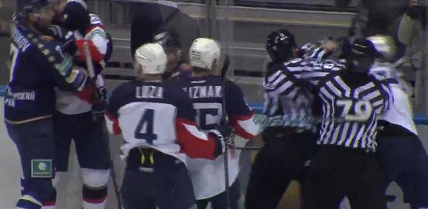 Массовая драка произошла между хоккеистами «Сочи» и «Слован»