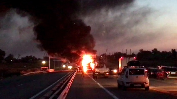 Из-за загоревшегося на трассе грузовика около Сочи образовалась пробка