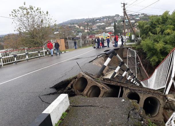 Рядом с обрушившимся мостом в Сочи открыли насыпь