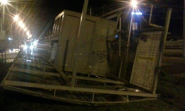 В Краснодаре сильный ветер сносит остановки, флаги и линии электропередач