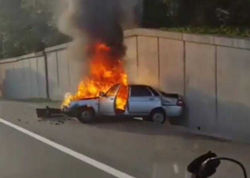 В Сочи на дороге перед тоннелем сгорел автомобиль