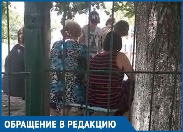 Беременная мама и пенсионерки сцепились из-за лавочки в Краснодаре