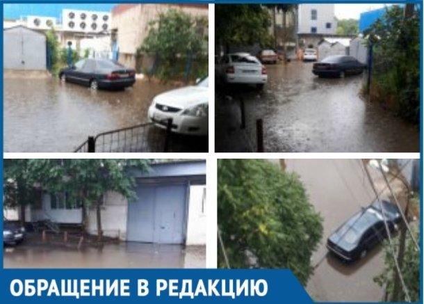 После ремонта дороги стало затапливать двор и тротуар в Краснодаре