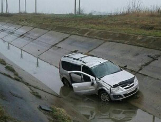 Не ямы, а пропасти: В Краснодаре машина влетела в колдобину и улетела в канаву