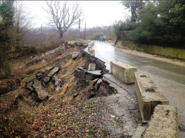 В селе под Сочи дорога сползла в обрыв