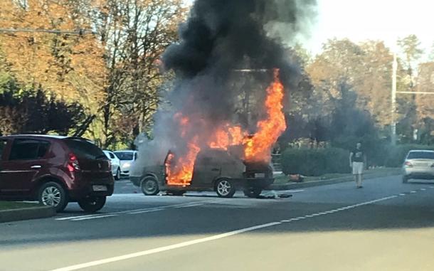 Горящий автомобиль в Краснодаре попал на видео