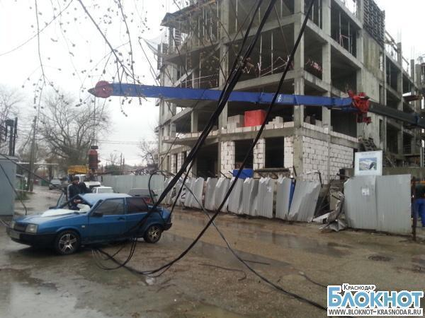 В Краснодаре стрела крана упала на автомобиль