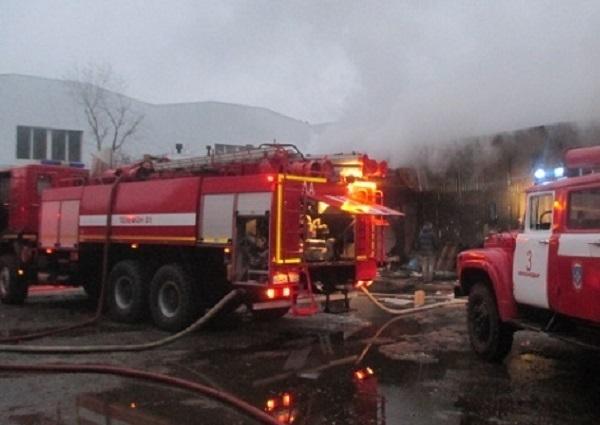 В Краснодаре потушили крупный пожар на складе электротоваров