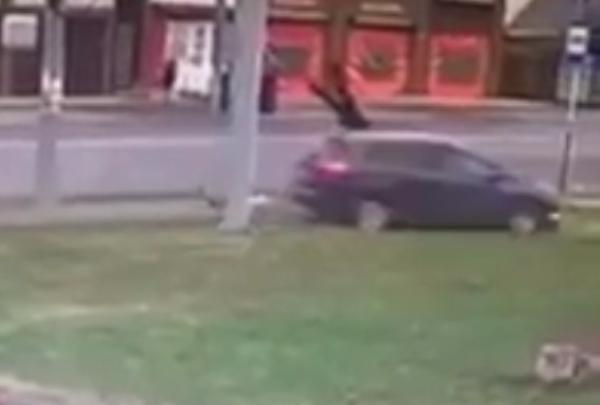 В Краснодаре семью из трех человек с ребенком сбили прямо на тротуаре
