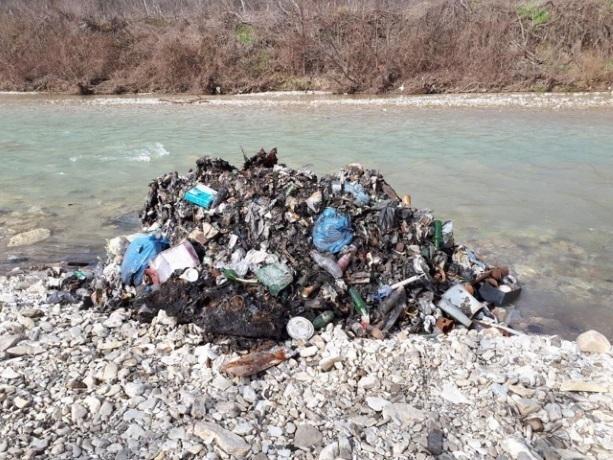 Уверенность в безнаказанности позволяет выбрасывать мусор на берег родственникам чиновников Краснодарского края