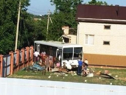 Подрезанный легковушкой автобус кубанского завода протаранил забор