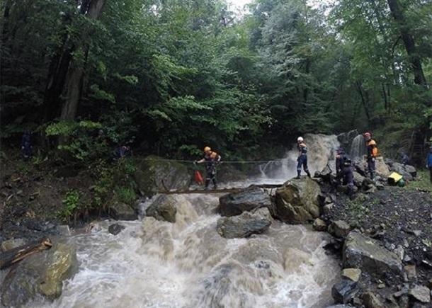 Поднявший уровень воды в реке застал врасплох 10 грибников в Сочи