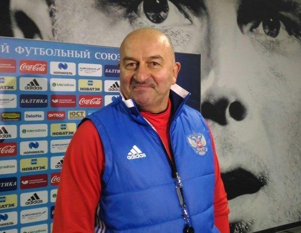 Тренер сборной России, где играют футболисты «Краснодара», ответил на критику и рассказал про свои усы
