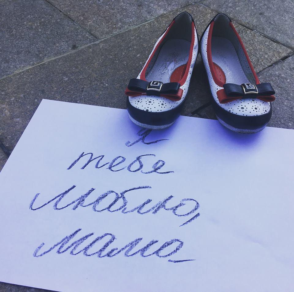 Сотни пар детской обуви на улице в Сочи стали символом борьбы с абортами