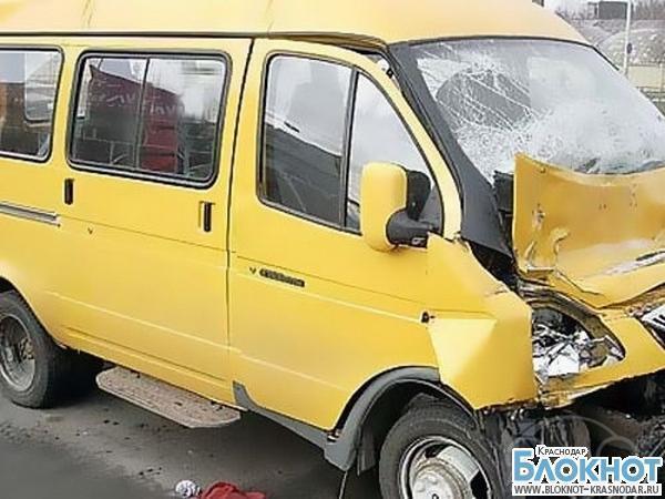 На Кубани при столкновении «КамАЗа» и маршрутного такси пострадали два человека
