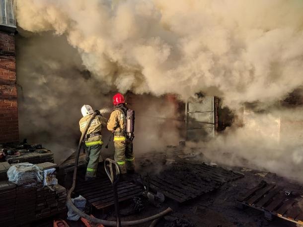 Крупный пожар произошел в производственном цехе в Армавире