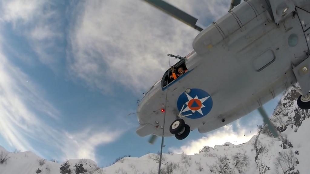 Cотрудники экстренных служб навертолете эвакуировали 2-х сноубордистов вСочи