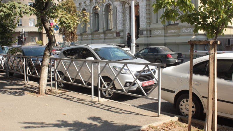 Работники Генконсульства Украины нарушили ПДД вцентре Краснодара ипрепирались сполицией