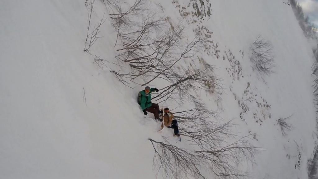 ВСочи сноубордисты застряли наскале
